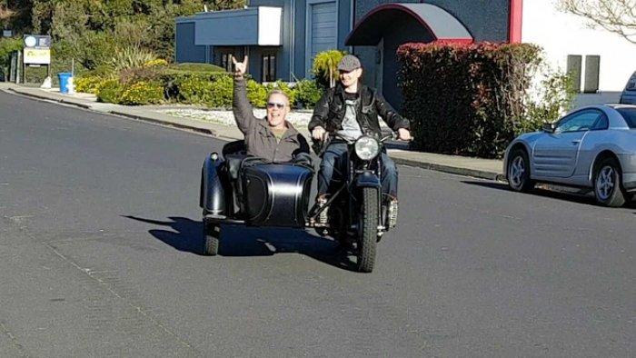 Оренбуржец подарил лидеру «Metallica» раритетный советский мотоцикл