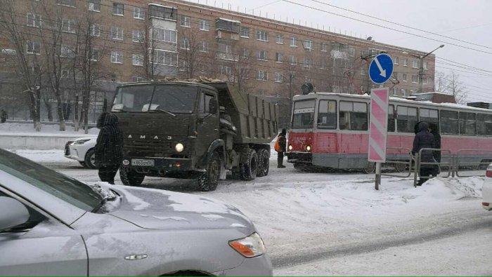 В российской столице трамвай столкнулся сКАМАЗом: 2 человека пострадали
