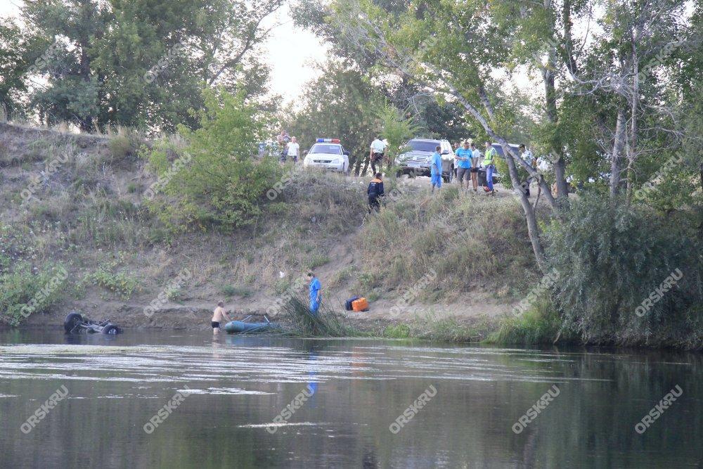 «Шевроле Нива» с сыном  внутри потонул  вреке Урал