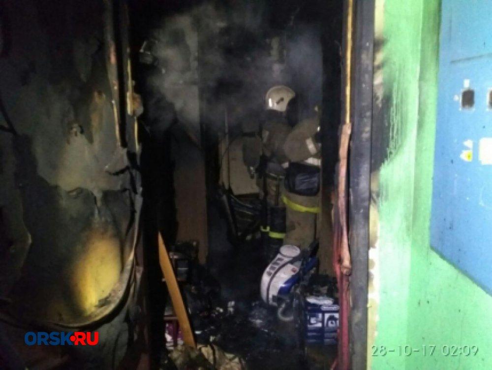 Огнеборцы вытянули восемь человек изгорящего дома вОренбурге