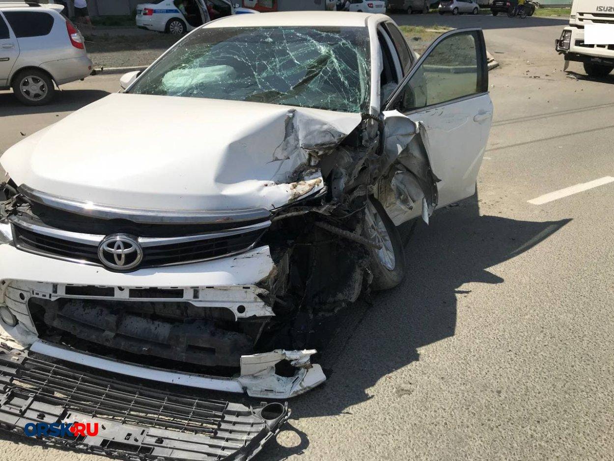 Серьёзное ДТП в Орске: столкнулись большегруз и Toyota