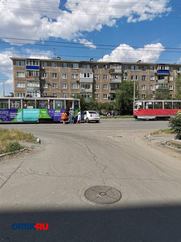 На Васнецова столкнулись трамвай и Renault Logan