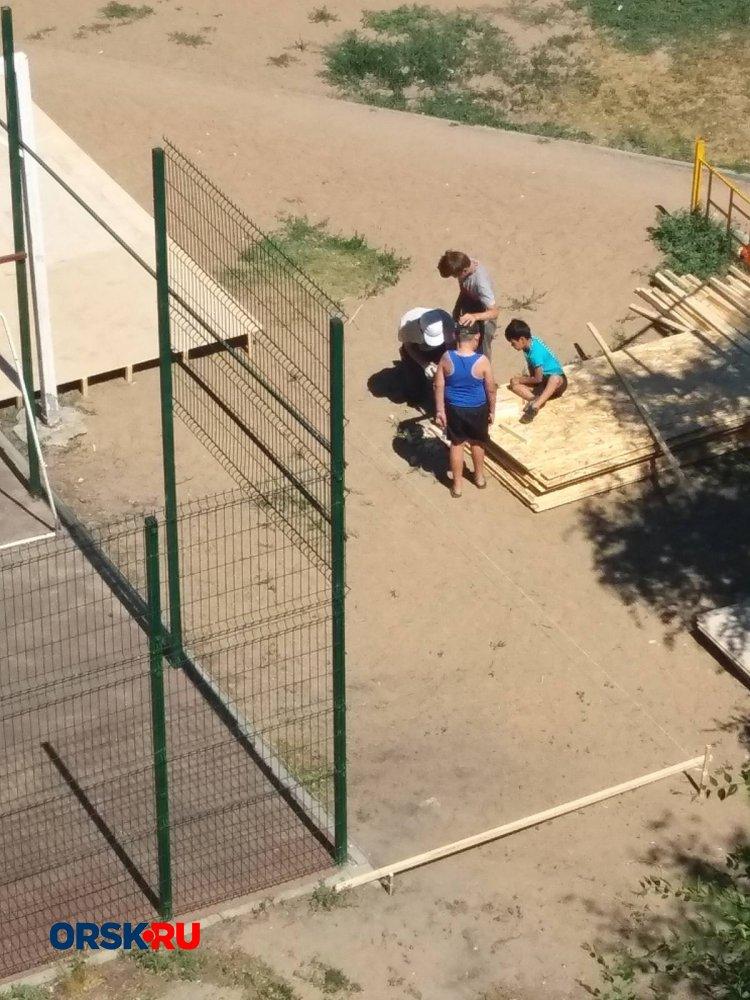 Пенсионер из Орска не стал никого ждать и сам починил детскую площадку во дворе