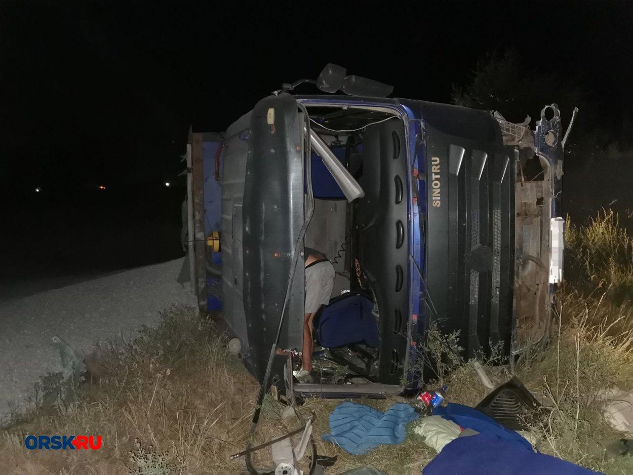 На Гайском шоссе большегруз слетел в кювет