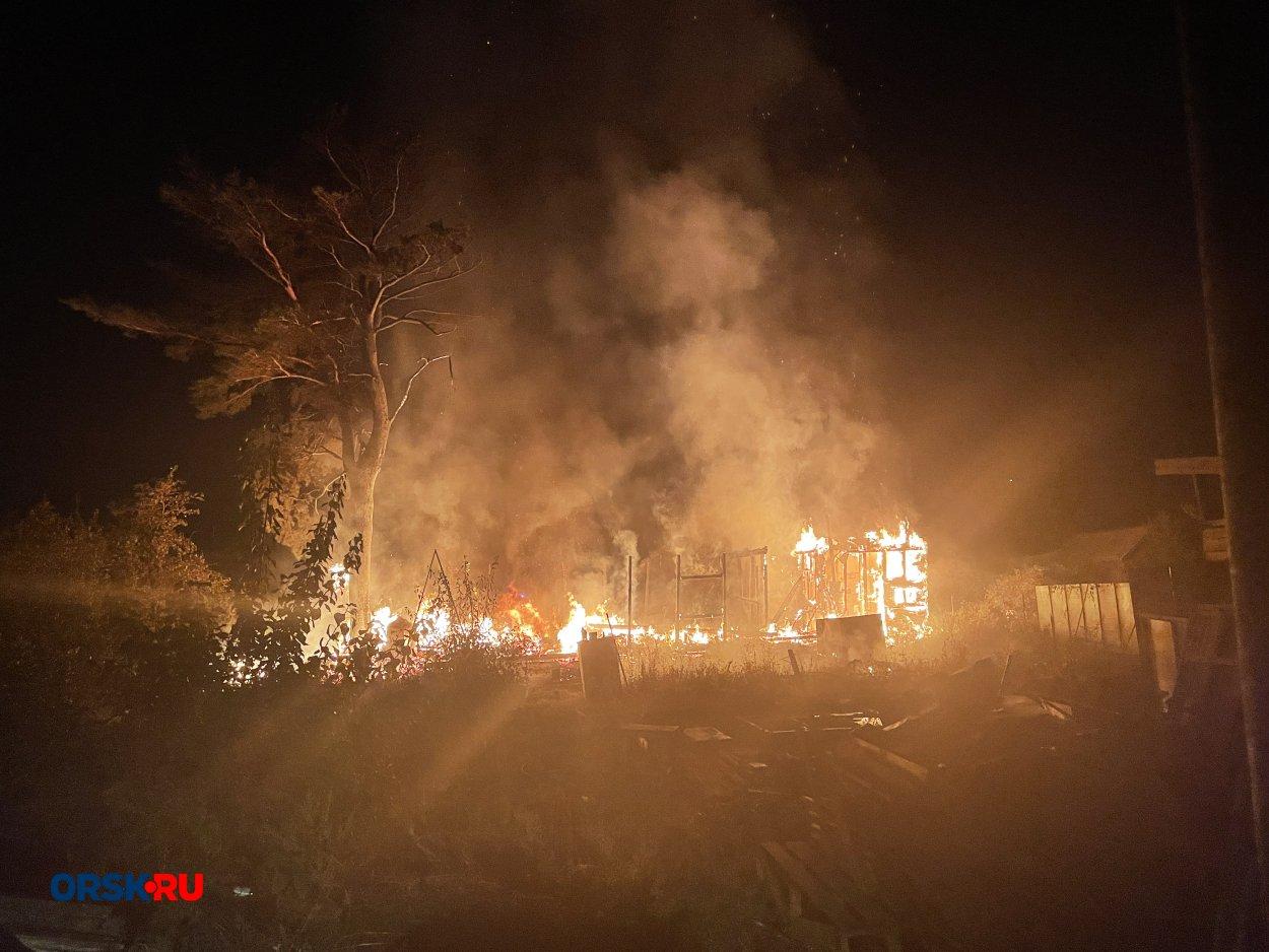 В Орске серьёзный пожар на Первой садовой