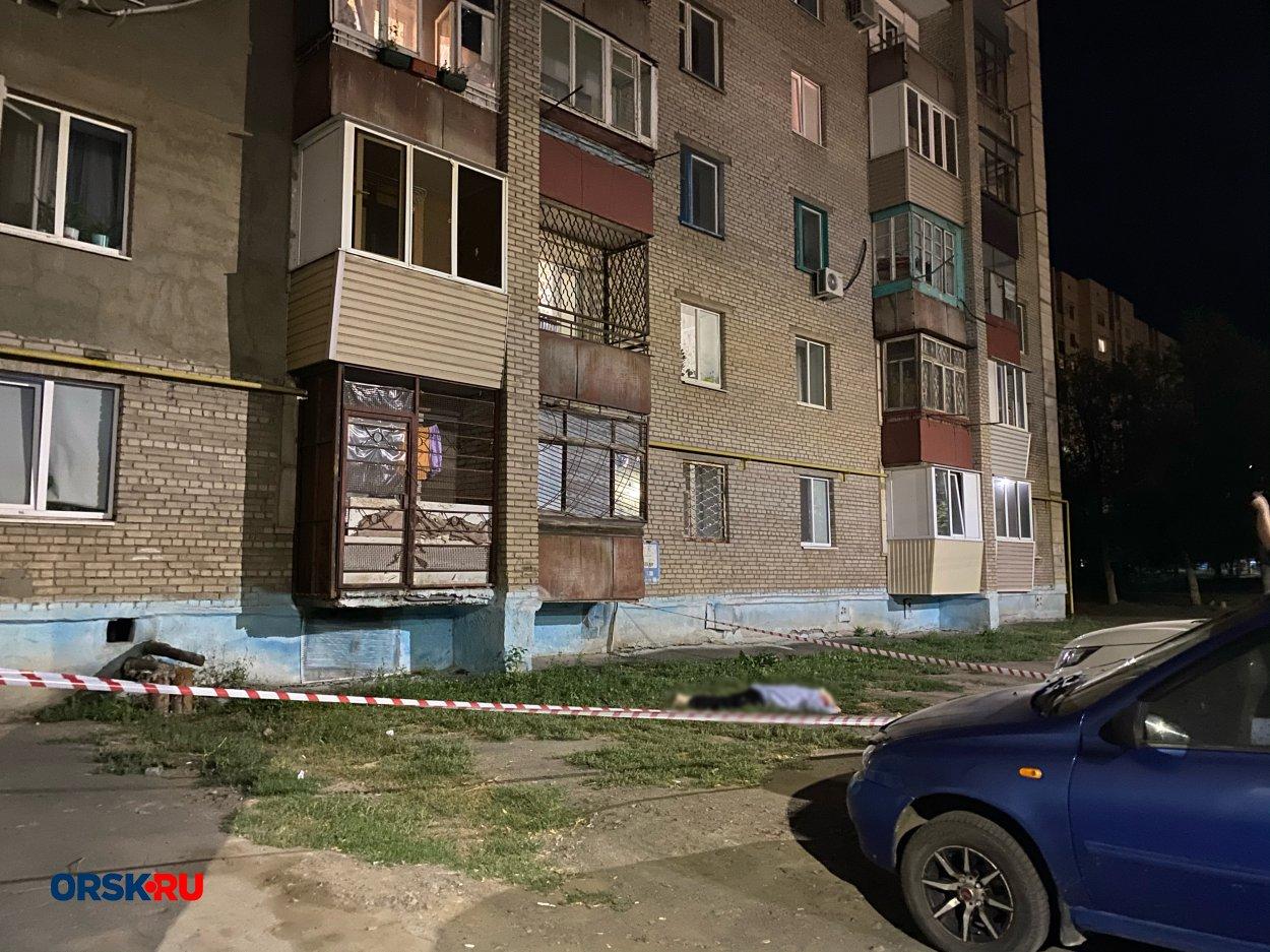 ЧП в Орске: под окнами многоэтажки нашли мертвого мужчину