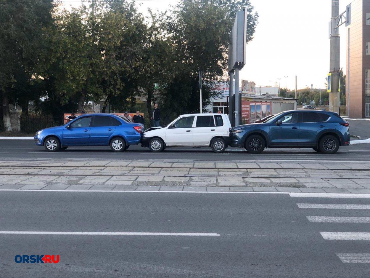 «Тройничок» на Авангарде в Орске: столкнулись две иномарки и отечественное авто